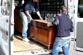 Cargando un Mueble Antiguo en Buen estado Recogido Gratis de una Vivienda