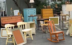 Muebles de Segunda Mano y Viejos Restaurados expuestos para la Venta