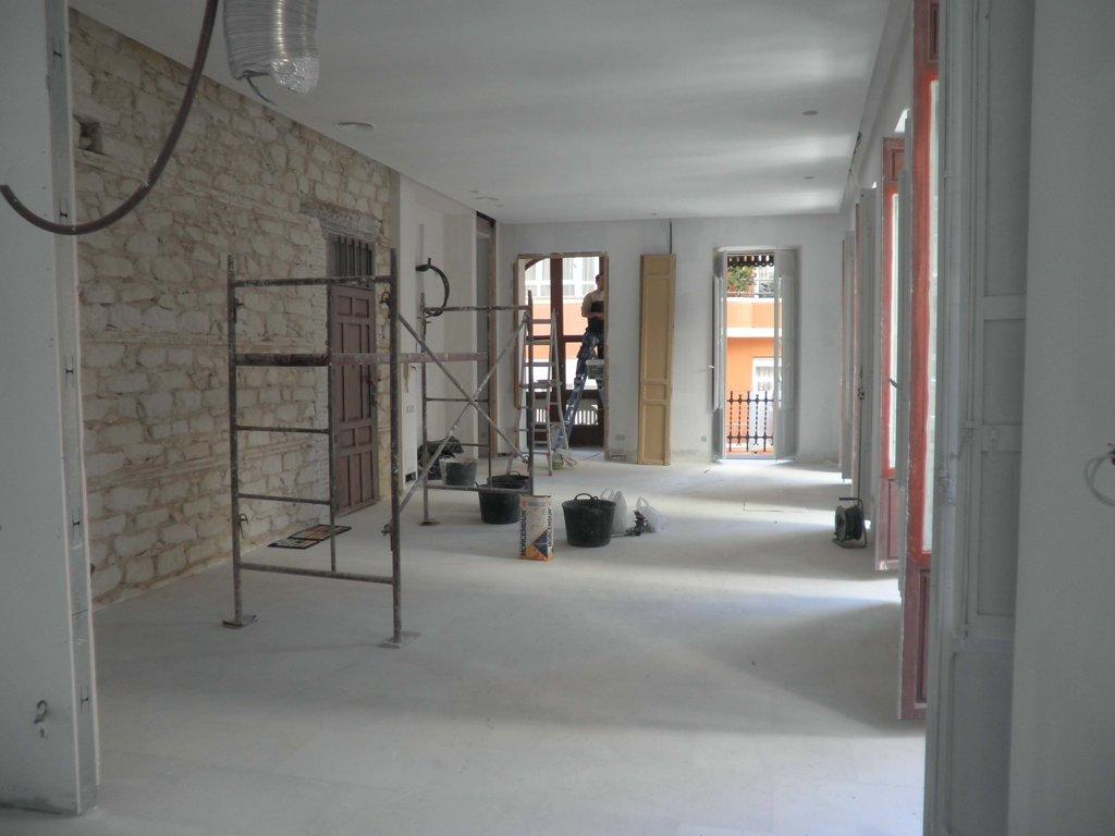 Reformando una Vivienda en su totalidad de: suelo, Paredes, techos, aseos, baños, puertas, ventanas, cocina...