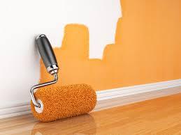 Pintando la pared de una Vivienda